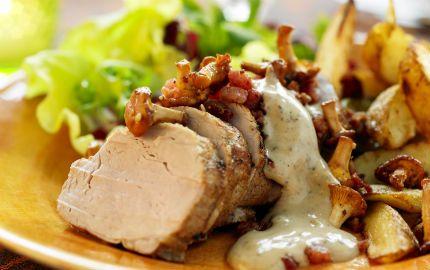 Fläskfilé med svampsås, bacon och klyftpotatis - snabbt och supergott!