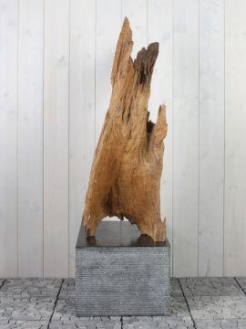 Houtornament teakhout 70 GJ. Mooi en discreet voor zowel binnen als buiten in uw achtertuin. De urn kan worden geplaatst in een holle sokkel. Zie ons gehele assortiment op onze website https://www.gedenkornamenten.nl/houtsculpturen. Neem bij vragen gerust contact met ons op.