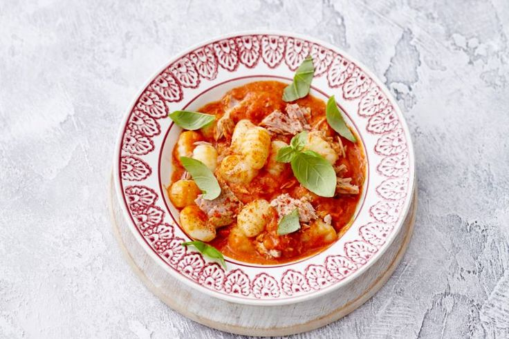 Kijk wat een lekker recept ik heb gevonden op Allerhande! Gnocchi met tonijn en saus van gepofte tomaat