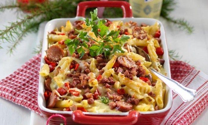 Penne, skruvar eller farfalle – alla pastaformer funkar! Välj gärna en extra kryddstark korv för en extra god gratäng.