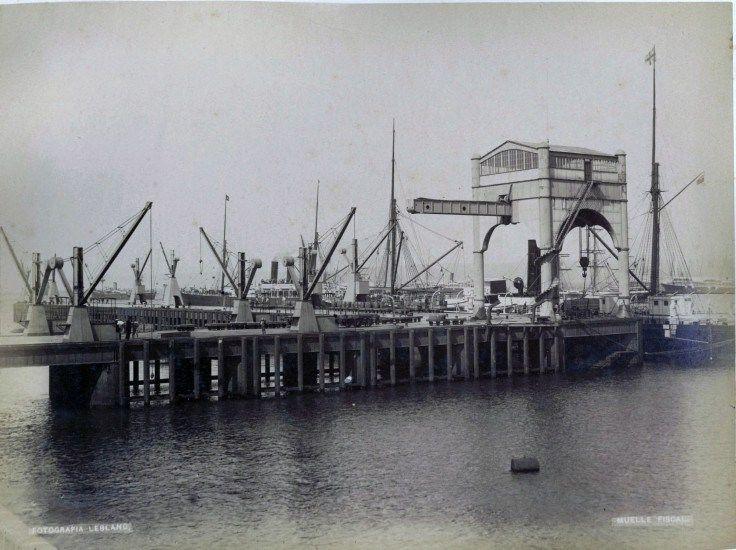 """Muelle Fiscal de Valparaíso en 1888 En la década del setenta (1870 a 1876) se empezó la realización de obras de modernización en el puerto. Se construyó el Muelle Fiscal, primera obra portuaria de categoría que se ejecutaba en el país. Éste fue inaugurado en junio de 1883. El muelle tenía forma de """"L"""" y contaba con una grúa principal de 35 toneladas de levante. Su extensión permitía el atraque de 2 naves modernas de la época. La instalación prestó servicios hasta 1919 aprox…"""