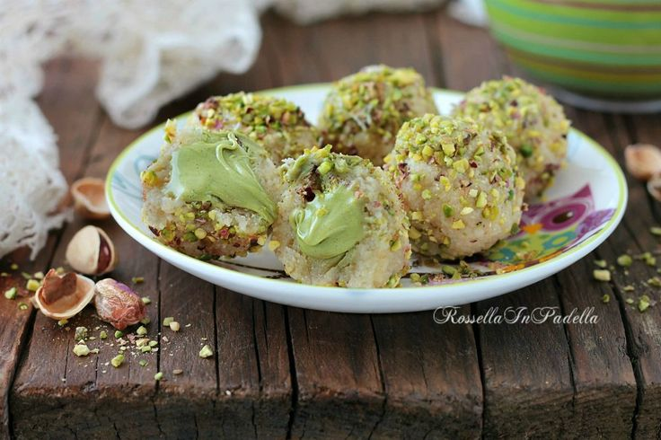 Pasticcini al pistacchio dal cuore cremoso. Veloci da preparare e molto golosi. Con mandorle e dal cuore cremoso con crema di pistacchi.