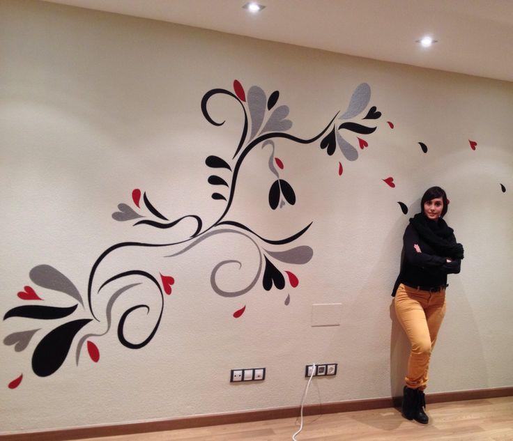 ¡Vinilo floral de grandes dimensiones y colocado en pared de gotelé grueso! Diseñado por Asunganga