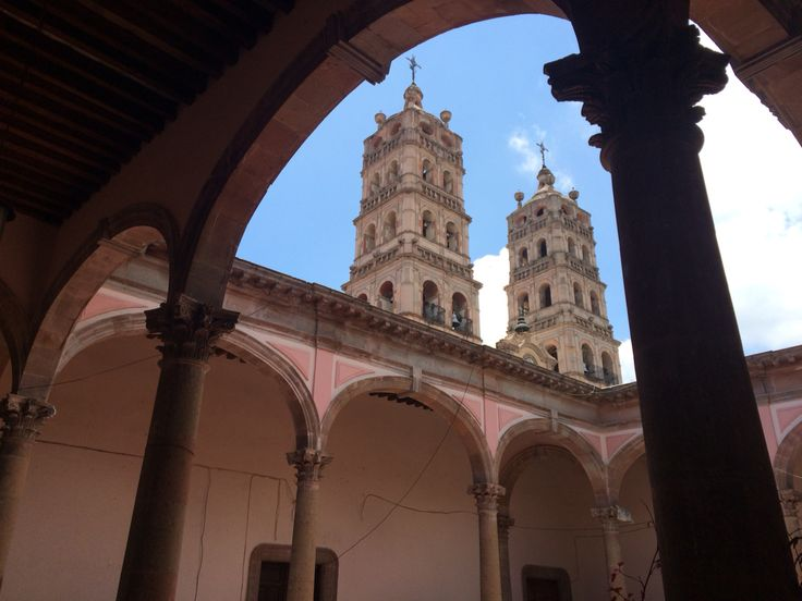 Otra vista de las torres de la catedral vistas desde el interior de una casona del centro