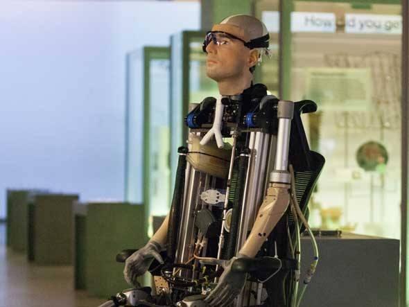 O homem biônico Rex custou 1 milhão de dólares e tem rins, pulmão e 2 metros de altura