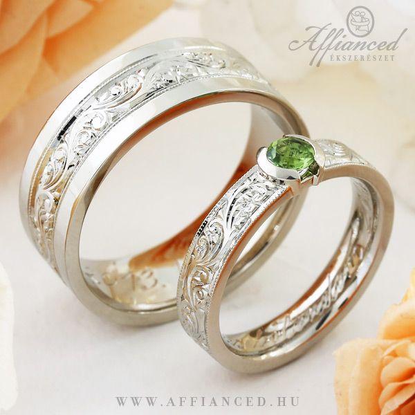 Barocco Varia karikagyűrűk - fehér arany jegygyűrűk, a női gyűrű zöld olivinnal foglalva. http://www.affianced.hu/
