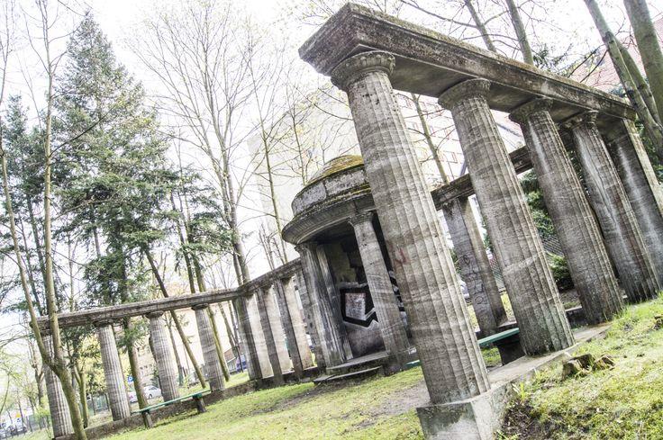 Oby nie runęło - ostatni ocalały kamienny element parku
