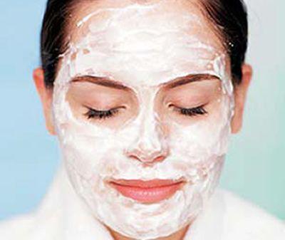 Mascarilla Natural de Yogurt y Avena ¡Excelente limpiador y rejuvenecedor de la piel! Ingredientes: * 1 cucharada de avena, de ojuela fina * 1cucharada de yogurt orgánico (sin sabor) * Algunas gotas de miel Uso: En un recipiente pequeño, añadir el yogurt a la avena y mezclar, entibiar y agregar unas gotas de miel. Luego de emulsionar bien, aplicar la mascarilla en todo el rostro y dejar por 10 minutos. Enjuagar con agua tibia, seguido de un paño tibio. Aplicar humectante si se desea.