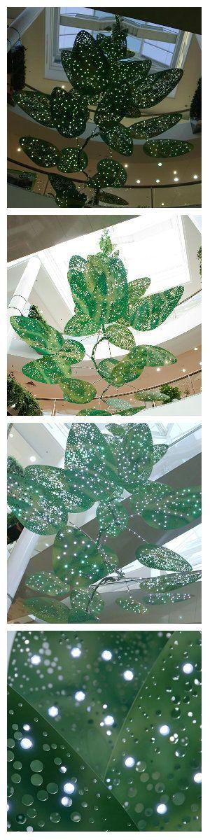 Светодиодная скульптура Jade Oakley для торгового центра, привносит новую жизнь и энергию в Westfield Miranda Shopping Plaza. Светлые, легкие, гибкие и яркие листья светодиодной лампы, оживляют скульптуру огнями, создавая ощущение капель дождя стекающих по тонкой лозе. #светодиоднаяскульптура #ledскульптура #светодиоднаялампа #светодиодныелампы #декор #светодиодныйдекор #подсветка #светодиоднаяподсветка #светодиоды #светодизайн