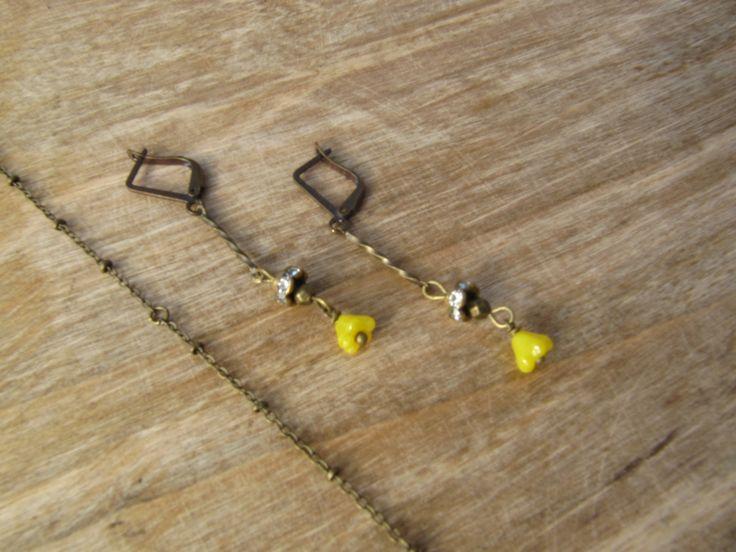 boucles d'oreilles tige bronze torsadée ,strass et fleur en verre jaune : Boucles d'oreille par milky-bibiche
