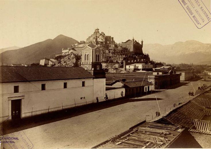 La espectacular Alameda de santiago de Chile en 1874. A la izquierda, el edificio blanco, es el Convento de las Monjas de Santa Clara, lugar en donde se emplazará la actual Biblioteca Nacional.