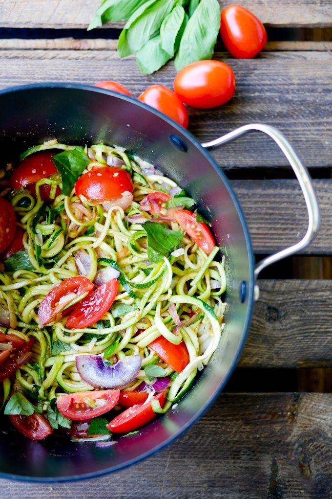 Zucchininudeln mit Tomaten, Basilikum und Parmesan Low Carb und vegan