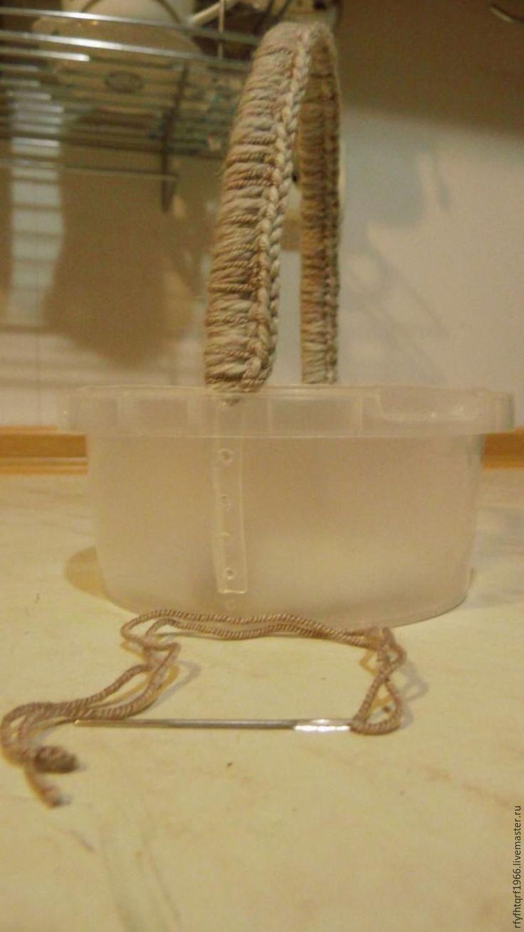 Сегодня я покажу, как из пластиковой банки (использованной от расфасованных продуктов тары) изготовить корзинку. Об изготовлении шкатулки я рассказывала в предыдущем мастер-классе >> Корзинку…