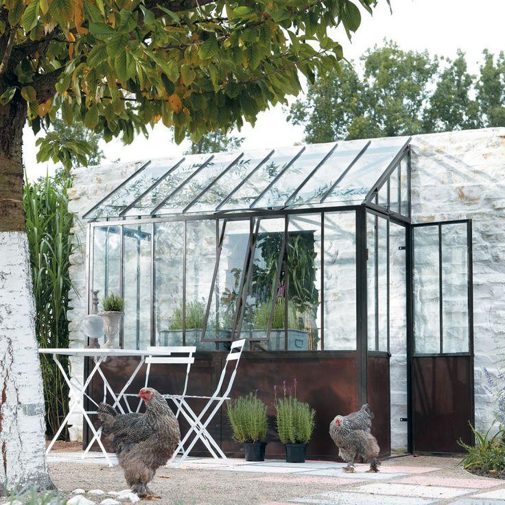 Tuinhuis maison du monde. De witte geschilderde bast en de broekkippen zijn ook oke