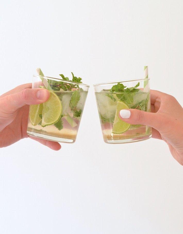 De Mojito is mijn favoriete cocktail van dit moment. Ik hou van de frisse smaak van limoen en munt. In deze blog deel ik het recept met jullie.