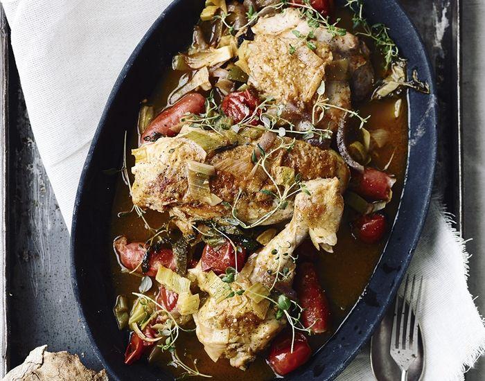 Inviter et par gæster i weekenden til nem grydekylling med en kraftig og dyb, rund smag. Servér godt brød og en sprød salat til.
