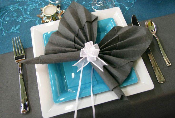 pliage serviette en tissu gris anthracite en forme de papillon
