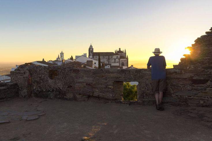 Contemplando el amanecer desde el castillo de Monsaraz, en el Alentejo (Portugal).