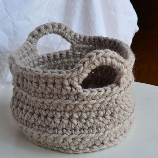 Chunky Crocheted Basket Pattern Liz gives directions for 2 sizes of baskets; a small (8.5 across x 5.5 high) and a large (10″ across by 10″high). So cute! and so useful! Someone needs to make me one? @ DIY Home Ideas