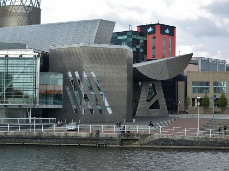 The Lowry Theatre, designed by the architects James Stirling (1926-1992) and Michael Wilford (1938). The red/green building is The Digital World Centre (DWC), designed by RTKL Architects.