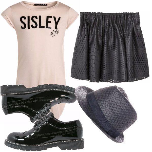Outfit per una ragazzina che ama vestire alla moda, maglia lunga con scollo a barca rosa antoco con stampa nera, gonna in eco-pelle traforata, stringate in vernice nero, cappello in paglia nero a completare il tutto