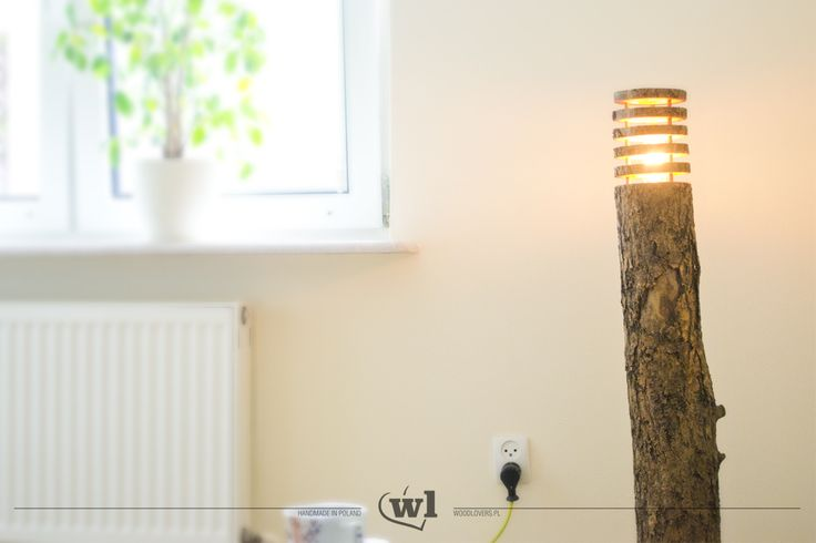 Nietypowa lampa stojąca, dająca bardzo ciepłe i stłumione światło. Dobrze wpasuje się jednocześnie w nowoczesne jak i starodawne wnętrze. Przyjemne swiatło uzyskałem dzięki zamontowaniu żarówki Edisona. Cała lampa została dokładnie zabezpieczona wysokiej jakości olejem do drewna. Wysokość: 1m Waga: ok. 12kg Wykorzystane materiały: drewno liściaste, żarówka Edisona, przewód w oplocie w kolorze pistacjowym, olej naturalny