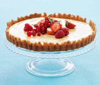 Underbar, lyxig och uppskattad cheesecake med färska bär som du tillagar relativt enkelt och snabbt. Cheesecaken har en underbar fyllning av bland annat kesella, färskost och citron och dekoreras med jordgubbar och hallon.