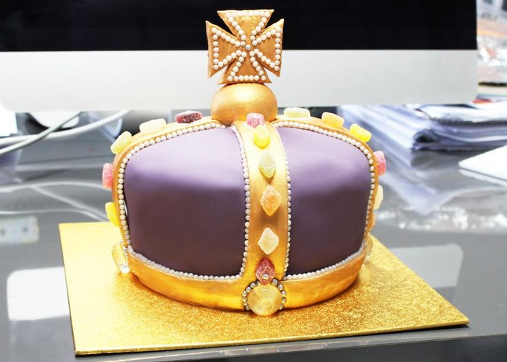 Baking a crown cake