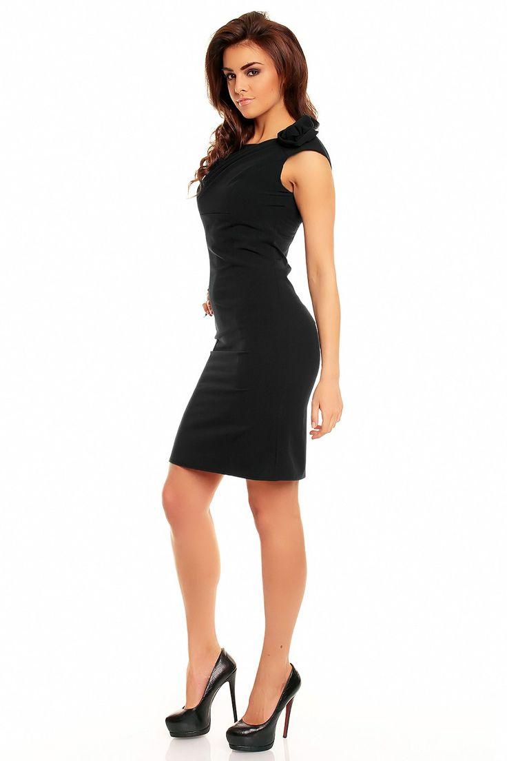 Nádherné čierne formálne šaty s ružou na jednom ramene. Originálny detail s romantickým nádychom výborne dopĺňa celkový sviatočný look šiat. Zapínanie je vzadu na skrytý zips. Celková dĺžka 92 až 95 cm, v závislosti na veľkosti.  Dodanie cca 5-10 pracovných dní. Veľkostné tabuľky