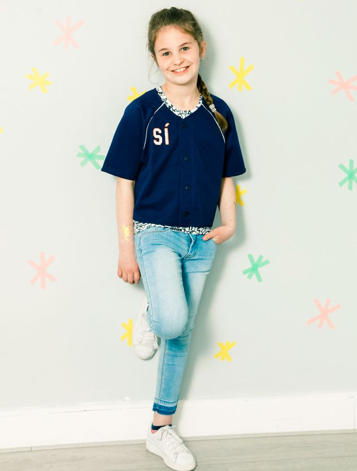 Skinny denim en cropped baseball shirt! Love this outfit.