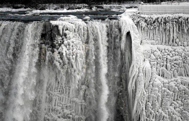 Rekordowe mrozy w USA i Kanadzie. Zamarzła nawet Niagara. Częściowo - zdjęcie
