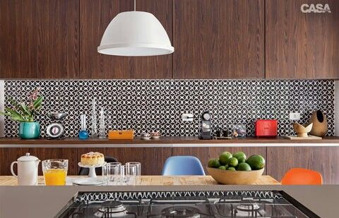 O casal de moradores desejava ter um painel de ladrilhos hidráulicos na cozinha. Mas, temendo o desgate das peças, optou por azulejos, de 15 x 15 cm, com decalques.