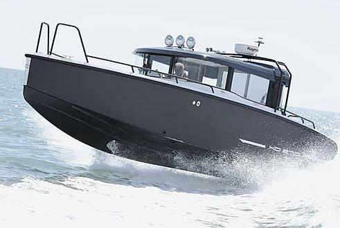 En couvrant le cockpit avant de son très réussi 270 d'un pont, le constructeur finlandais XO Boats en dérive un modèle particulièrement polyvalent. Les XO Boats sont des vedettes aluminium typiques des pays scandinaves, conçues pour naviguer par tous...