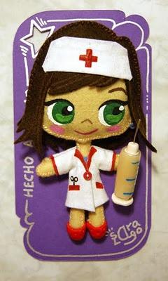 Enfermera de la cruz roja. Boche realizado con fieltro y fimo.