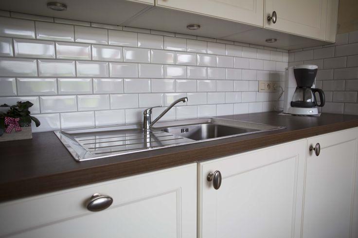 Realisatie keuken bij familie Swenne - Crèmekleurige landelijke keuken met een laminaten werkblad (walnoot) - Hans Keukens - www.hanskeukens.be