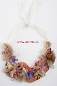Precioso collar de flores vintage con encaje de principios de s XIX Tonos nude, empolvados, y flores doradas