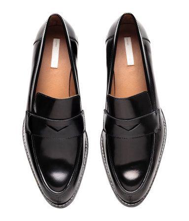 Gull. PREMIUM QUALITY. Et par loafers i skinn. Skoene har spiss tå og bånd foran. Fôr og innersåler i skinn. Yttersåler i gummi. Hæler 3,5 cm.