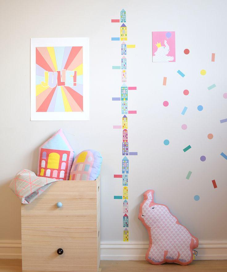Navneplakat, wallstickers og pute fra Jubel - www.jubelshop.no Nameposter, pillow, kids design, room, Elephant, plakat, barnerom, butterflies, Nameposter, elefant, oppbevaring, høydemåler.
