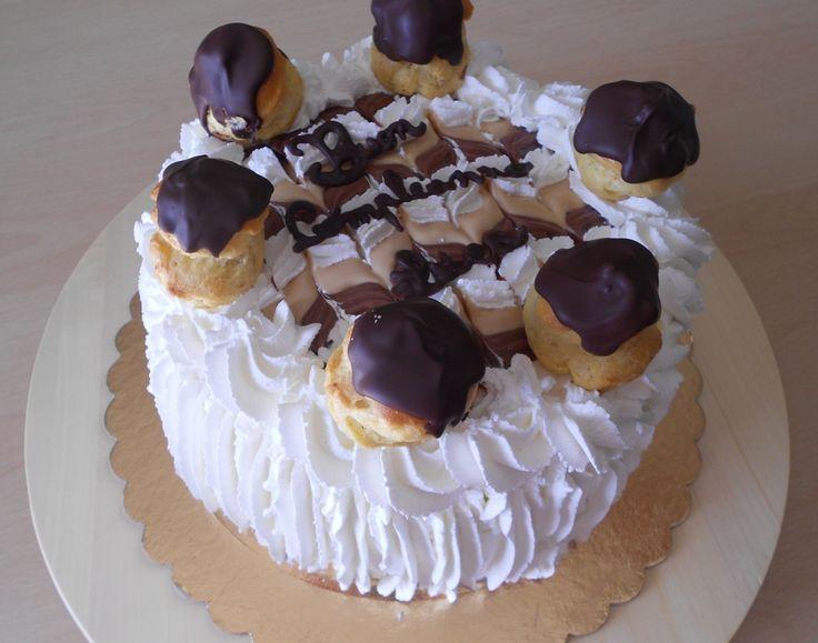 Torta girella o a strisce verticali e decorazioni con panna, ricetta con tutorial fotografico
