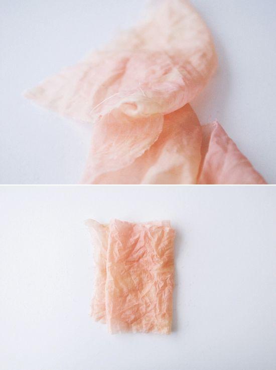 Quando ho visto questo tutorial me ne sono innamorata.  Con i fiori è possibile colorare e rendere unica una sciarpa  o una maglietta anomi...