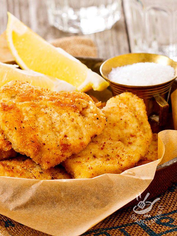 Fried chicken breast - Un classico per tutti quelli che amano la cucina semplice e rustica. Potete servire il Petto di pollo fritto con una salsa aioli o un'insalatina di rucola. #pettodipollofritto