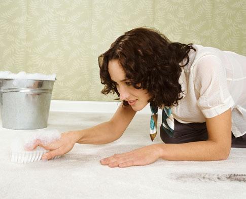 Skvrnu vždy čistěte opatrně, abyste nepoškodili vlákna koberce