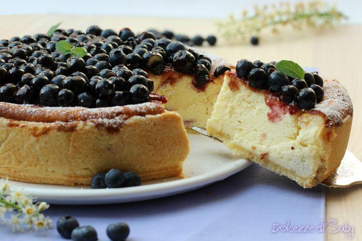 La cheesecake ai mirtilli é una variante della classica käsekuchen tedesca arricchita con mirtilli, é soffice e leggera una vera nuvola di bontá.
