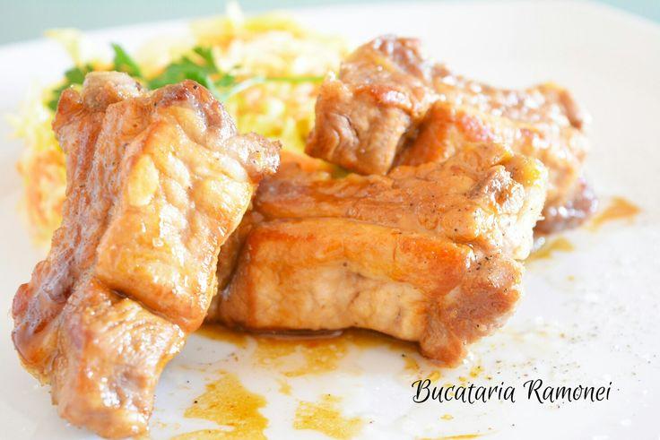 Idee pentru cina sau chiar pentru sfarsitul de saptamana proaspat sosit: costite la tigaie fragede si aromate! Gasiti reteta pe acest link http://bucatariaramonei.com/recipe-items/costite-la-tigaie/  #costite #ribs #rosmarin #meat #pork