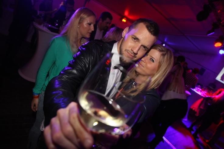 Moderátor Michal Sabo na afterparty SuperStar vyzeral ako James Bond a preto neušiel pozornosti krásnych žien. Na fotke s manažérkou projektu Super TV, Lujzou :-)