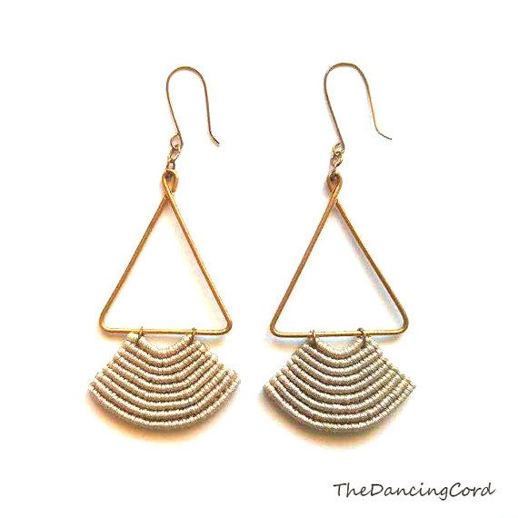 Macrame earrings with brass wire  Pendant por TheDancingCord