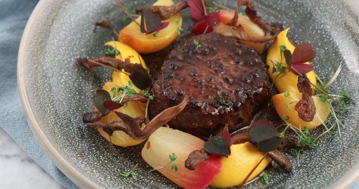Pepparstekt oxfilé med steksky, morotskräm med ost, vinägerglaserade betor och krispig ostronskivling. Så här firar du nyår enligt Tom Sjöstedt!