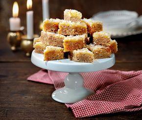 Farligt gott julgodis på kokoskakor med havregryn, ingefära och muscovadosocker. Bottensmeten ugnsgräddas i långpanna. Under tiden rör du ihop glasyren av smör, florsocker, sirap och ingefära. När kakan är klar brer du på glasyren och strösslar till sist med rostad kokos.