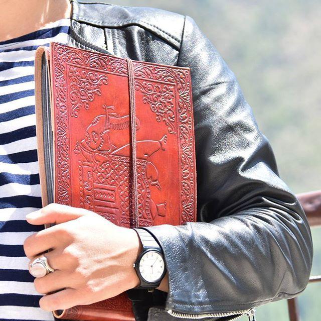 Notre dernière trouvaille... 😚 📓 Album photos en cuir fait par des artisans tibétains à mcLeod Ganj dans l'Himachal Pradesh . Édition limitée : à pre-commander par mail à emilie.lechevalier@myindiantailor.fr  Bientôt plus de photos et d'informations sur notre e-boutique. 🙏  #india #indeparis  #inde #voyage #travel #artisanat  #artisans #albumphotos #cuir #tibet #tibétain #éditionlimitée #shanti