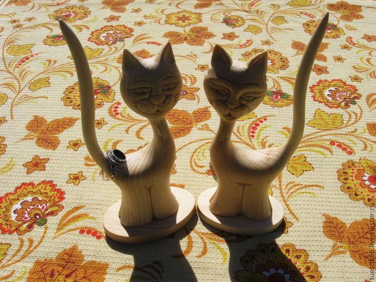 Купить или заказать Статуэтки кошек из дерева 'Кольцедержатели' в интернет-магазине на Ярмарке Мастеров. Статуэтка кошки и кота из кедра с 'функциональным' хвостиком для хранения колец. Ваши украшения надежно зафиксируются и не спадут с фигурки. Отличный подарок женщине, как с приложением к колечку, так и без него, любителям кошек, фелинологам, рожденным в год кота, коллекционерам. Стильная и полезная кошечка станет настоящим украшением интерьера Вашего дома.